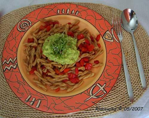 Pasta mit Paprika und Avocadocreme